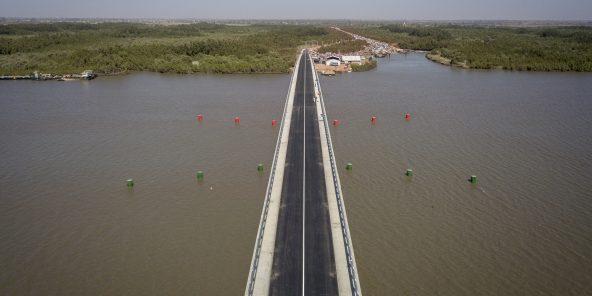 Macky Sall et Adama Barrow respectivement présidents du Senegal et de la Gambie participent à l'inauguration du pont de Farafenni, il mesure 942 mètres et traverse le fleuve Gambie, une oeuvre de l'entreprise espagnole Arezki. le 21 janvier 2019. Photo : Sylvain Cherkaoui pour JA