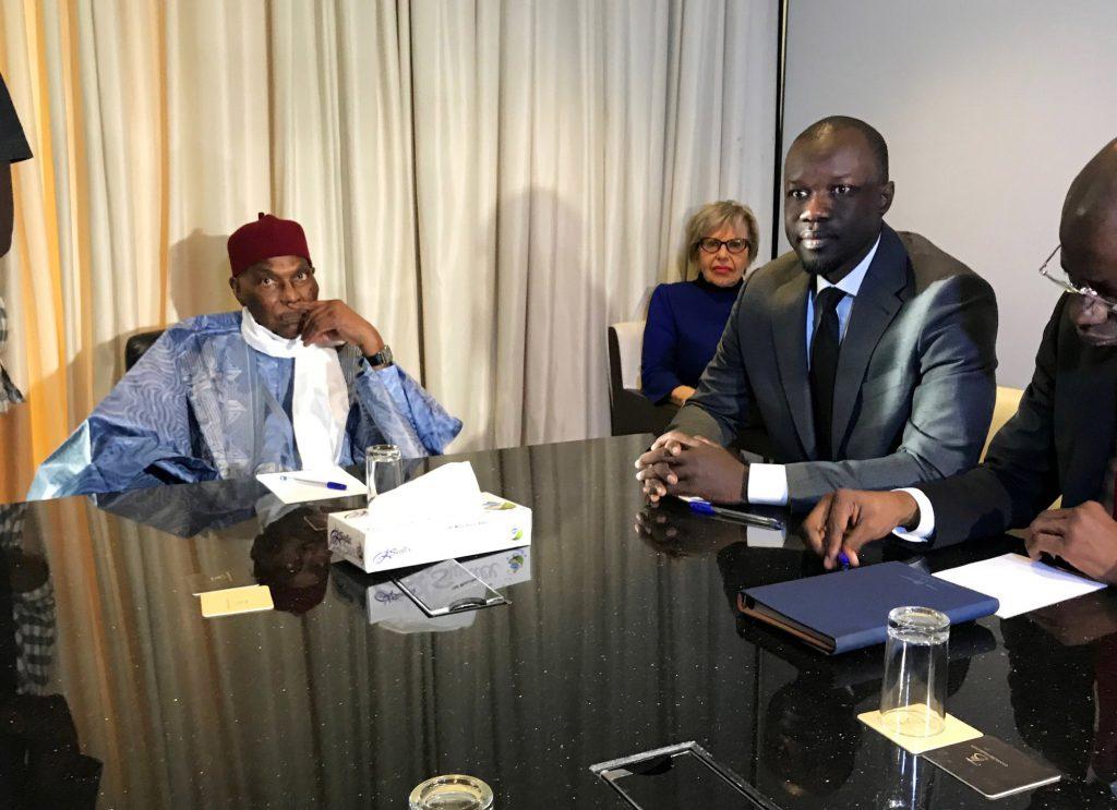 Abdoulaye Wade avec le candidat Ousmane Sonko lors d'une rencontre très médiatisée à l'hôtel Terrou-Bi, le 9février.