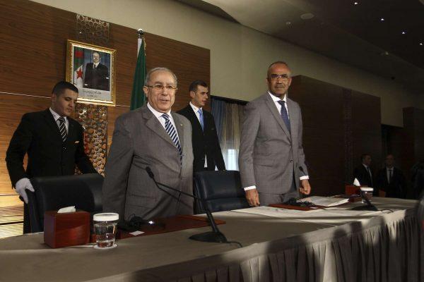 Le nouveau Premier ministre, Nouredine Bedoui (à dr.), et son Vice-Premier ministre Ramtane Lamamra, lors d'une conférence de presse organisée jeudi 14 mars 2019 à Alger.
