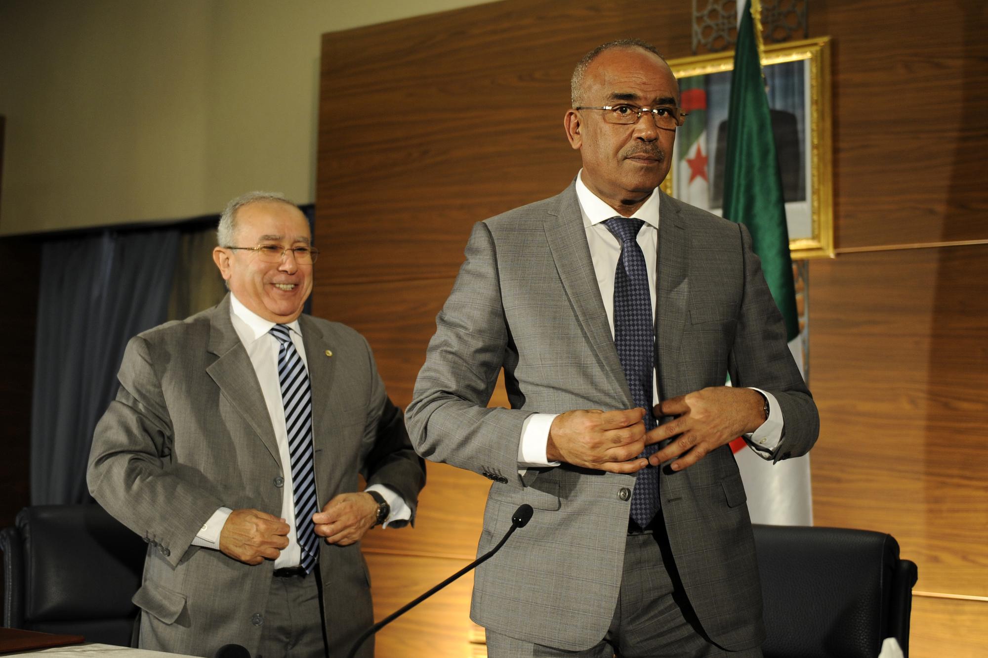 Le nouveau Premier ministre, Nouredine Bedoui, et son Vice-Premier ministre Ramtane Lamamra, lors d'une conférence de presse organisée jeudi 14 mars 2019 à Alger.