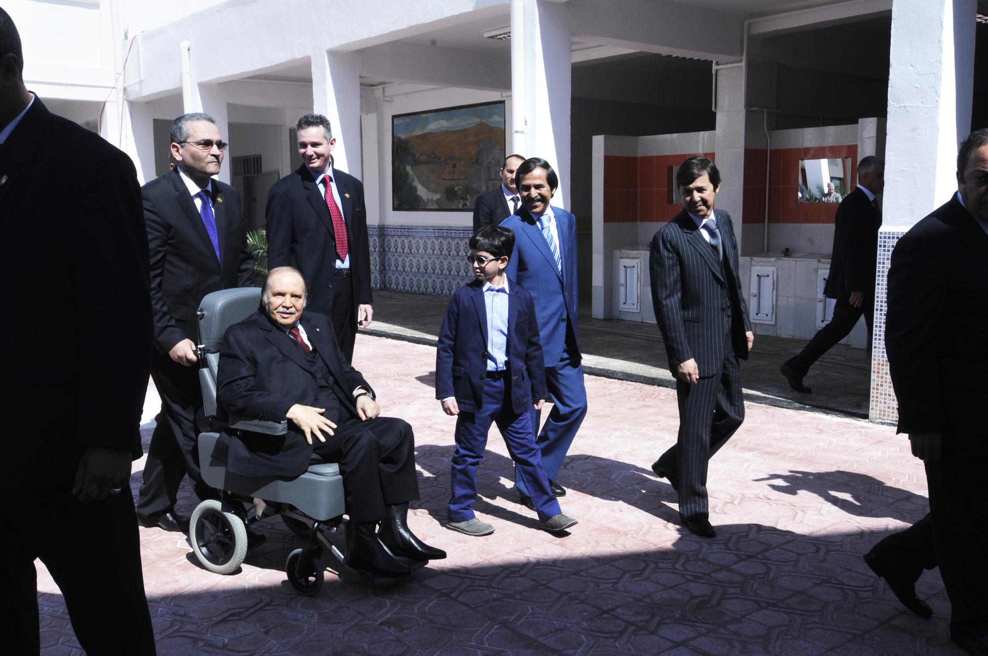 De g. à dr., Abdelaziz, Nasser etSaïdBouteflika, dans uncentredevote, en 2014.