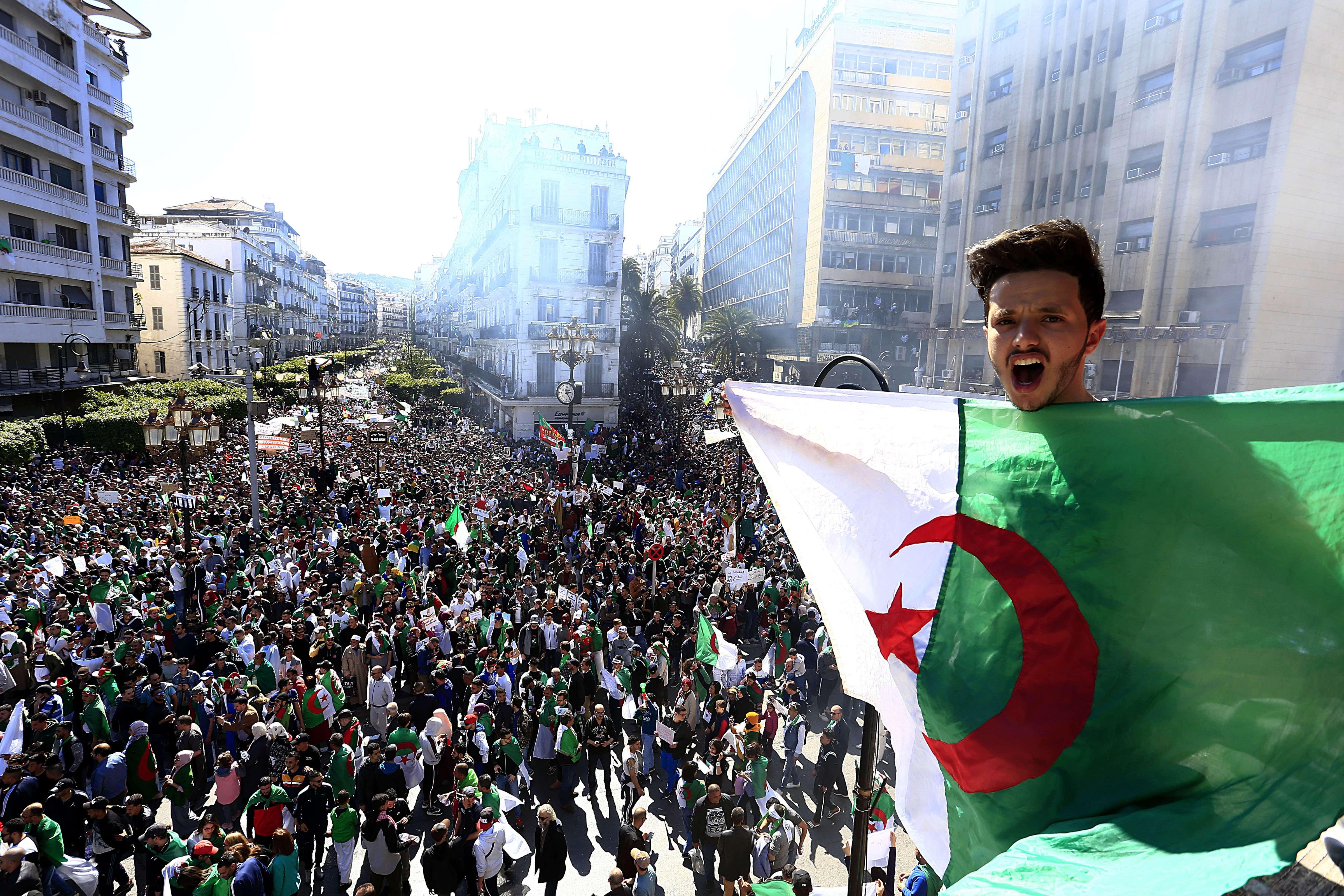Un manifestant au-dessus du rassemblement dans le centre d'Alger, vendredi 15 mars 2019.