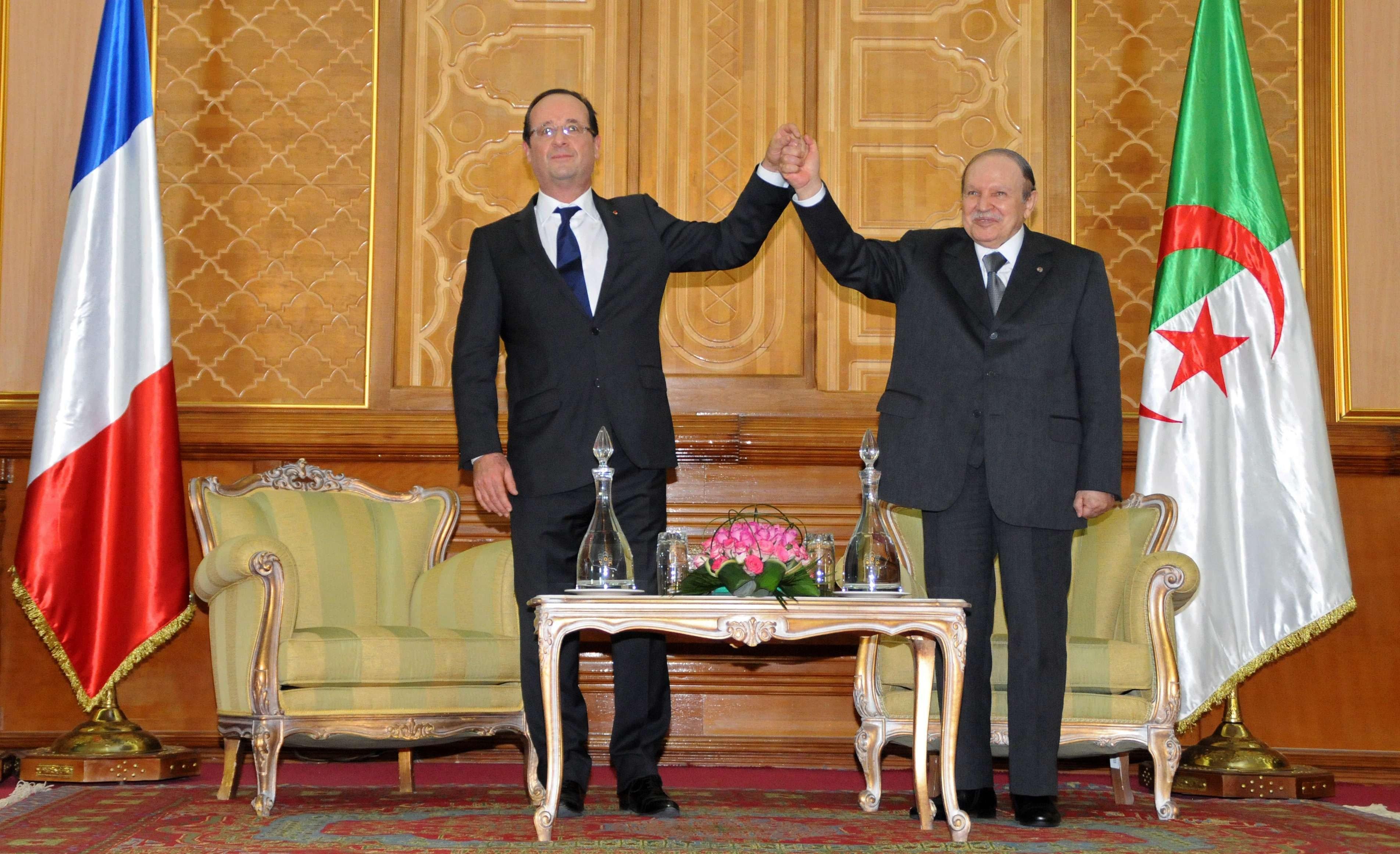 Abdelaziz Bouteflika (à dr.) et François Hollande à Tlemcen, lors d'une visite du président français en Algérie en 2012.