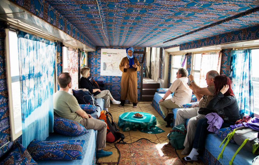 Un groupe de touristes français à bord du Train du désert entre Zouérate et Nouadhibou.