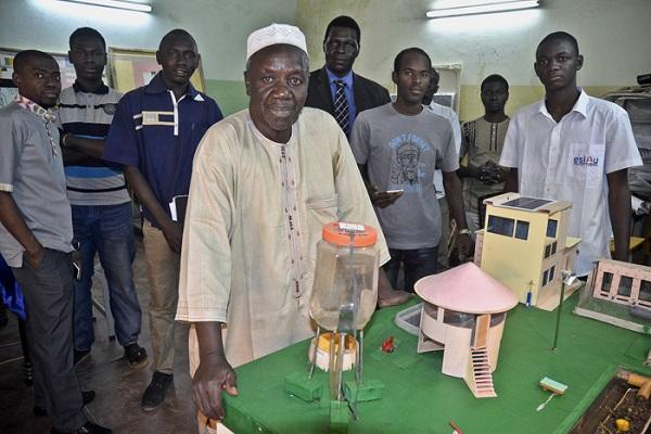L'urbaniste Abdoulaye Deyoko dans les locaux de l'école qu'il a créée en 2006 à Bamako.