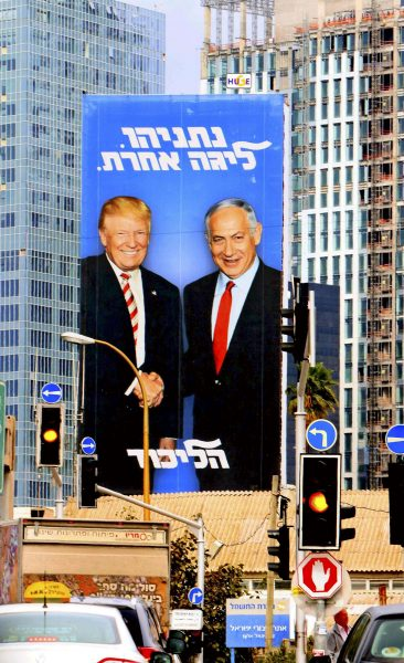 Une affiche électorale montrant le Premier ministre Netanyahou serrant la main du président américain Donald Trump, en février 2019 à Tel-Aviv.