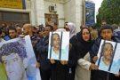 Les manifestants ont brandi des photos d'Abdallah al-Senoussi derrière des barreaux et des pancarte.