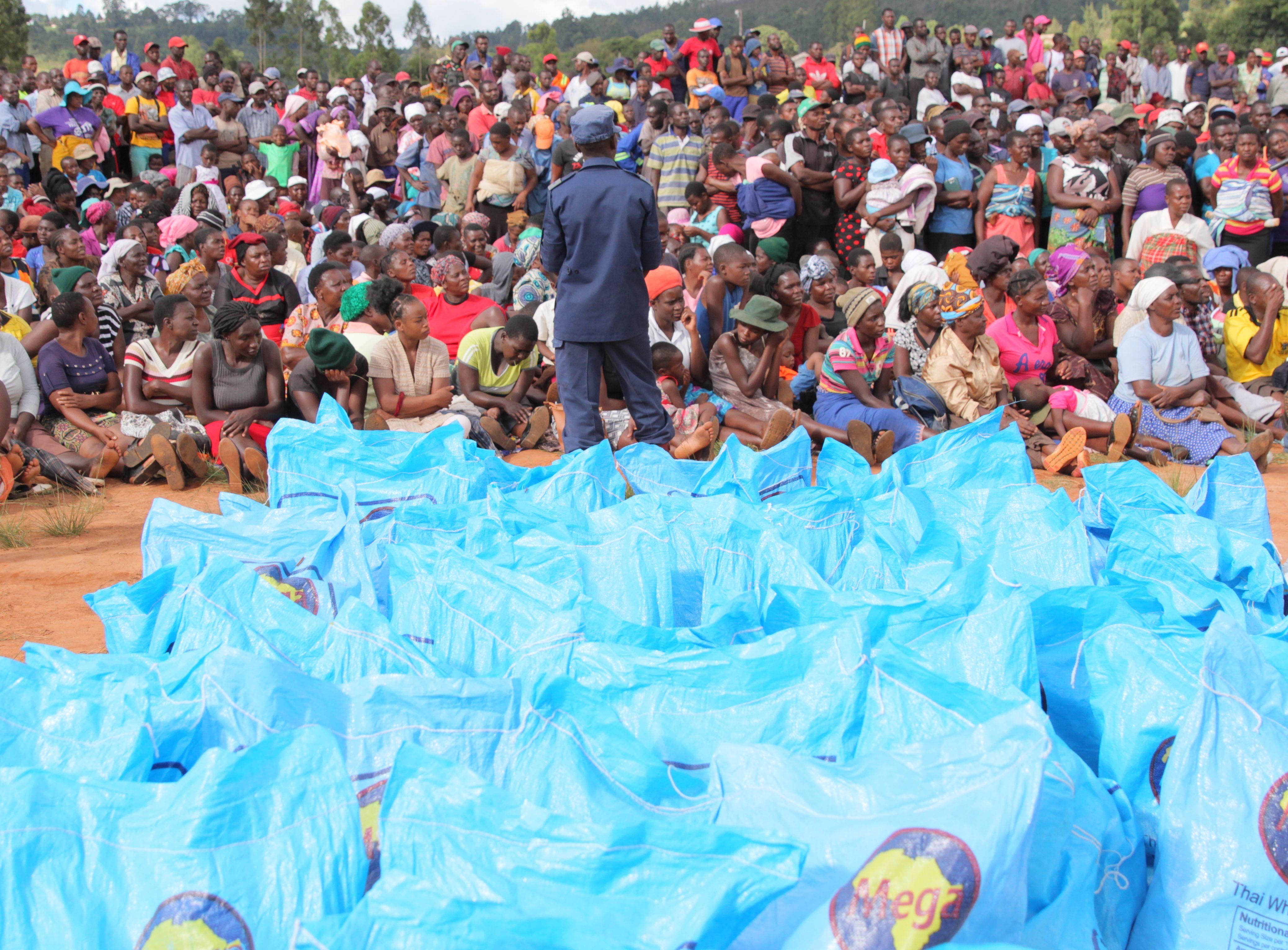 A Chimanimani, des personnes attendent les donations de nourriture, le 22 mars 2019 après le passage du cyclone Idai qui a fait 139 victimes au Zimbabwe.