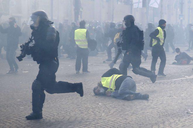 """[Édito] Emmanuel Macron face aux """"gilets jaunes"""" : la bataille de Paris"""