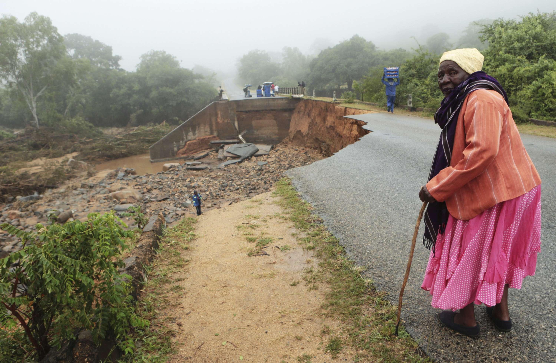 Une vieille dame traverse un pont délabré à Chimanimani, au Zimbabwe après le passage du cyclone Idai.