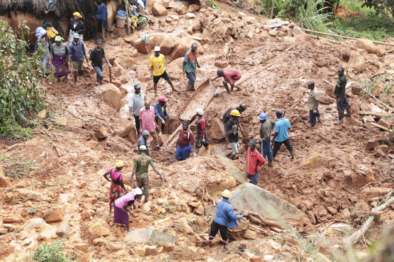 Une famille enterre leur fils à Chimanimani après le passage du cyclone Idai qui a fait plus de 100 victimes dans la région.