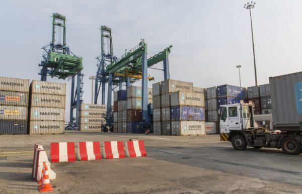 Chargement de conteneurs au port de Libreville.