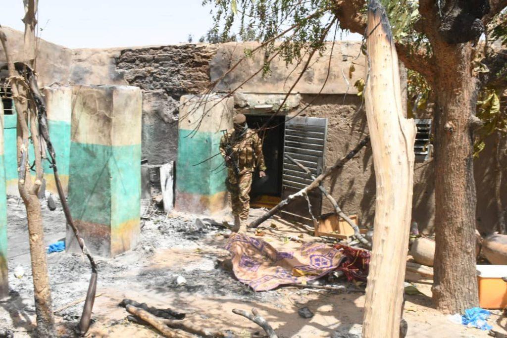 Un soldat malien dans les ruines du village d'Ogossagou, où plus de 160 civils ont été massacrés le 26 mars 2019.