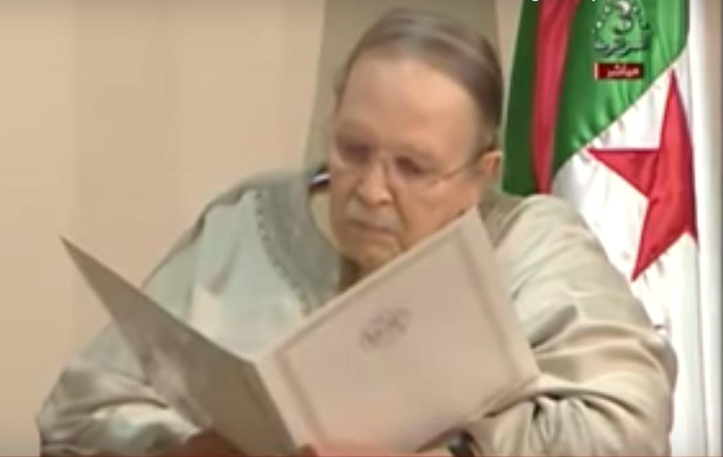 Le président Abdelaziz Bouteflika remettant sa démission au président du Conseil constitutionnel, d'après des images diffusées mardi 2 avril 2019 à la télévision nationale algérienne.