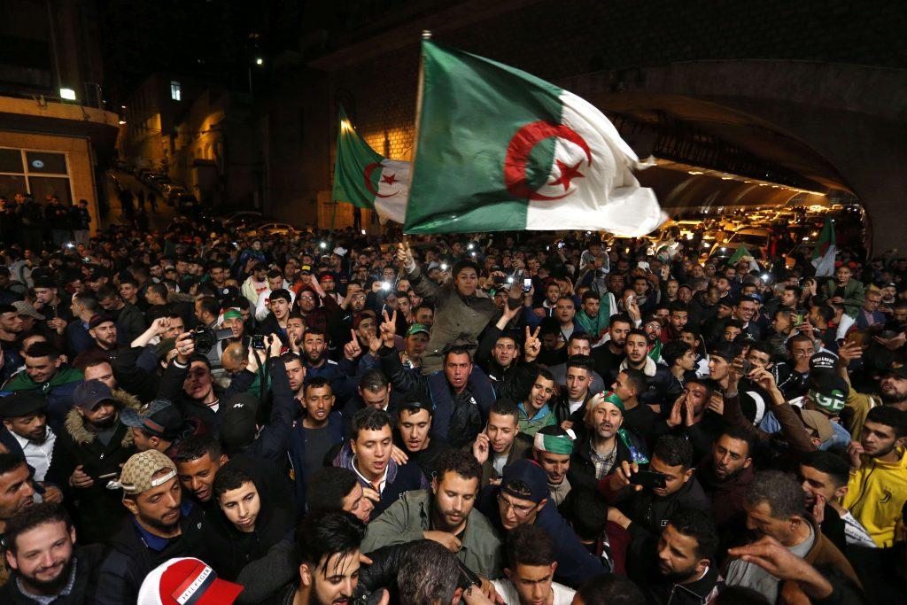 Des milliers d'Algériens dans les rues d'Alger, mardi 2 avril, pour célébrer la démission du président Abdelaziz Bouteflika.