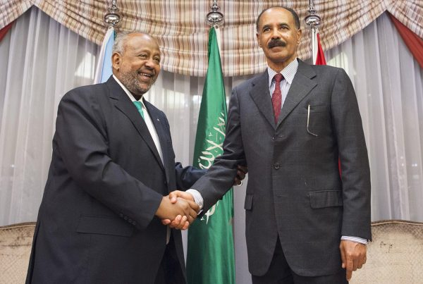 Première poignée de main depuis dix ans avec le président érythréen Issayas Afeworki, à Djeddah, le 17septembre 2018.