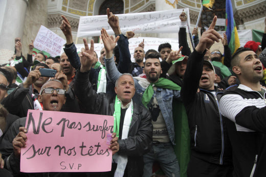 Des manifestants à Alger, vendredi 5 avril 2019.