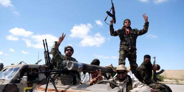 Des membres de l'Armée nationale libyenne (ANL) quittant Benghazi pour Tripoli, le 7 avril 2020.