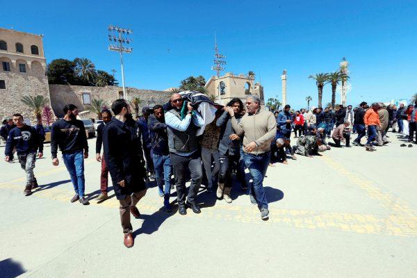 Funérailles d'un membre des forces gouvernementales tué lors des affrontements avec l'Armée nationale libyenne (ANL), le 8avril, à Tripoli.