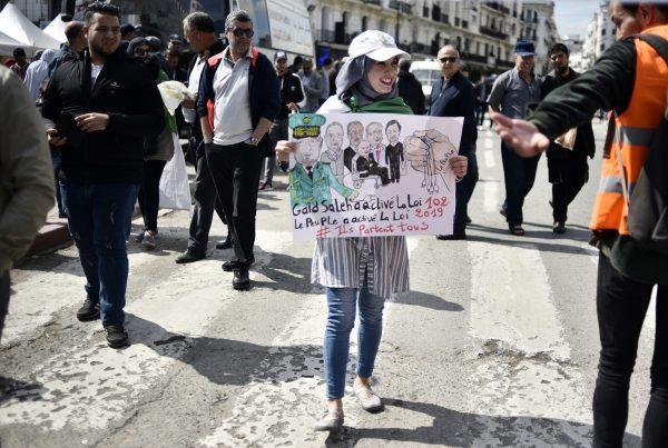 Certains manifestants considèrent le chef d'état-major comme une partie du système. Ici, le 2avril, à Alger.