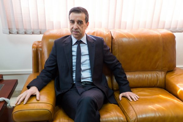 Ali Haddad, homme d'affaires algérien, Président Directeur Général du Groupe ETRHB (Entreprise des Travaux Routiers, Hydrauliques et Batiments), et Président du FCE (Forum des Chefs d'Entreprise), dans son bureau à Alger le 10 mars 2016