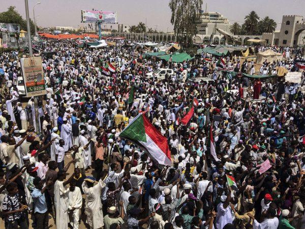Des manifestants dans la capitale soudanaise Khartoum, vendredi 12 avril 2019.