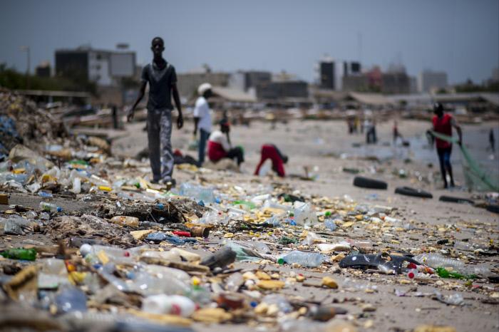 Des déchets s'amoncellent sur la plage de Soumbedioune, à Dakar. (2013°