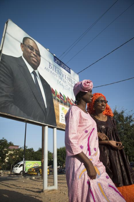 Des femmes dans les rues de Dakar