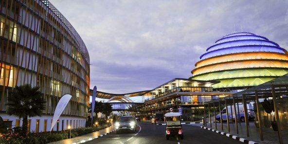 Le Convention Center de Kigali jouxte l'hotel Radisson Blu sur la gauche. Photo : Vincent Fournier/Jeune Afrique  Salle de Congres Batiment Nuit Capitale Ville Sommet