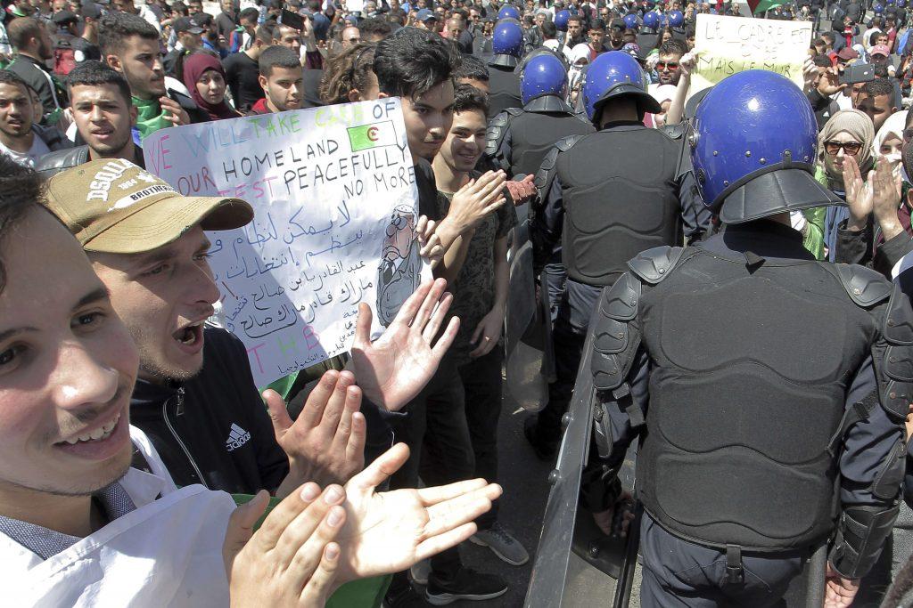 Des étudiants manifestant à Alger, mardi 16 avril 2019, jour de la démission de Tayeb Belaïz de la présidence du Conseil constitutionnel.