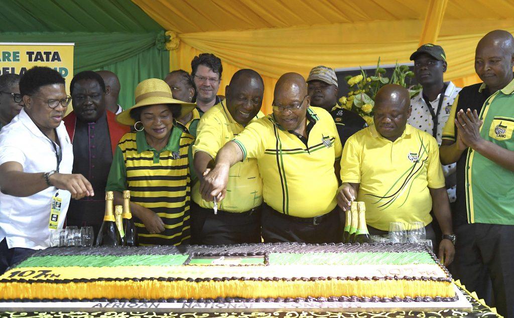 L'ancien président Jacob Zuma et l'actuel président Cyril Ramaphosa, lors du 107e anniversaire de l'ANC, en janvier 2019.
