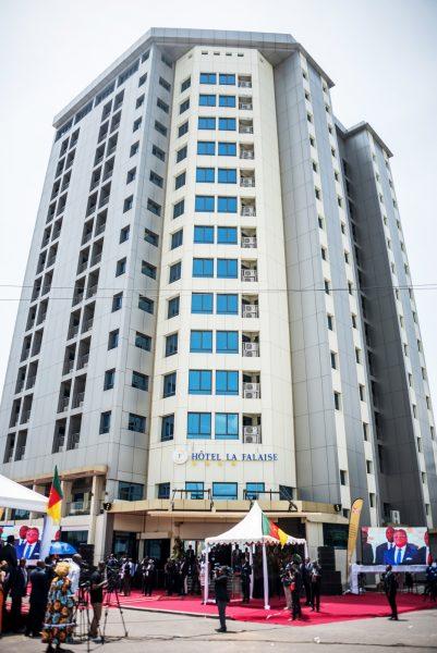 Inauguration de l'hôtel La Falaise, à Bonapriso, Douala, le 23 avril.
