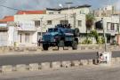 Un véhicule blindé de la police en patrouille dans le quartier de Cadjehoun, où se trouve le domicile de l'ex-président Boni Yayi, le 1er mai 2019 à Cotonou, au Bénin.
