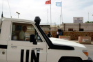 Un véhicule de l'ONU passe devant le siège de la Minurso, le 13 mai 2013 à Laâyoune.