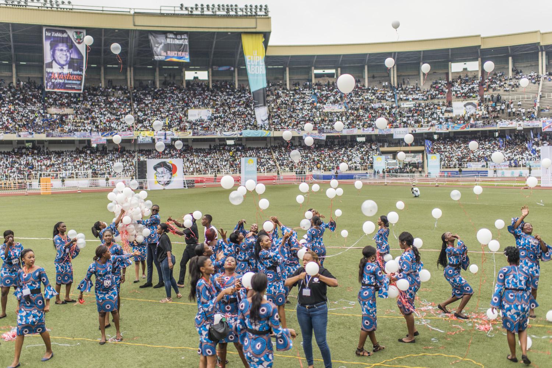 Lâché de ballons après l'arrivée du président Félix Tshisekedi au stade des Martyrs à Kinshasa, le 1er juin 2019.