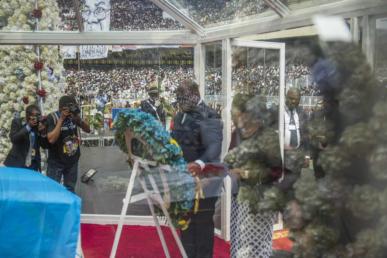Le fils du défunt et actuel président de la RD Congo vient déposer une gerbe de fleurs devant le cercueil de son père, le 1er juin 2019 au stade des Martyrs de Kinshasa.