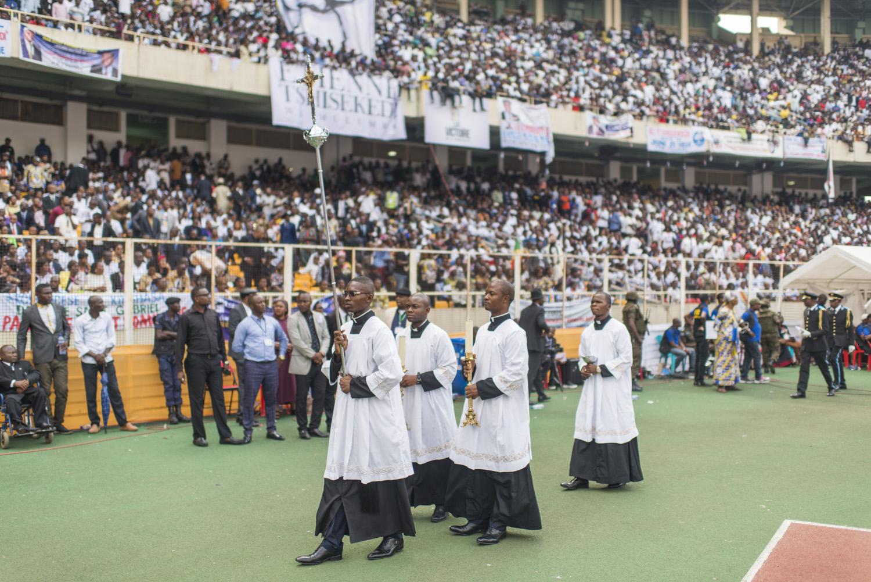 Arrivée de la délégation de l'Église catholique dans le stade.