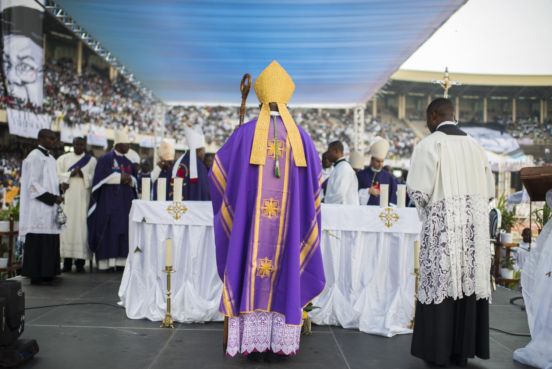 L'archevêque Fridolin Ambongo donne une messe en honneur au défunt.