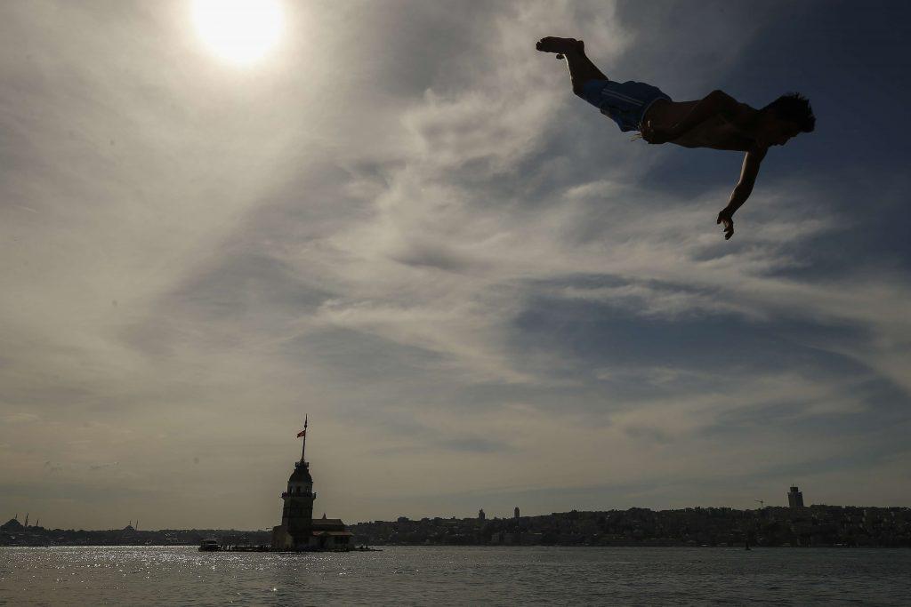 Un jeune plonge dans le Bosphore, à Istanbul, en juin 2018.
