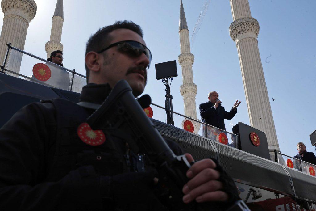 Un membre des forces spéciales turques pendant un discours du président Erdogan, à Istanbul, le 29 mars 2019.