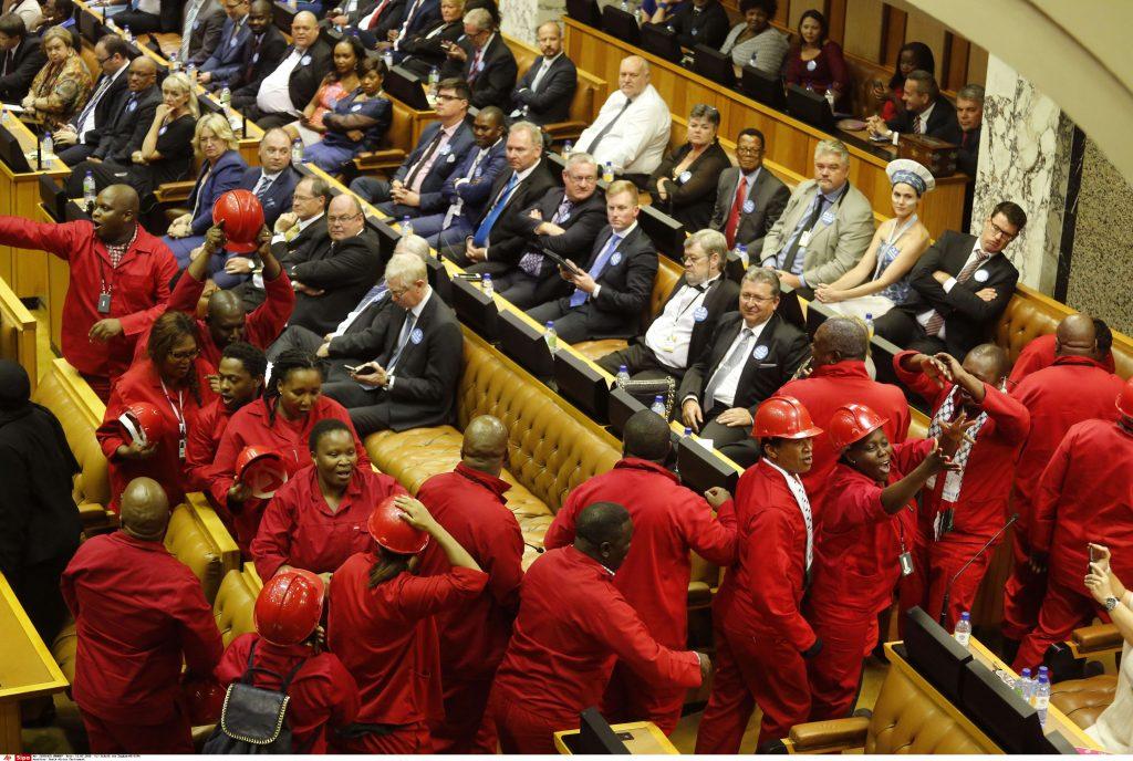 Le députés EFF quittent l'Assemblée nationale, le 11 février 2016, en plein scandale Zuma.