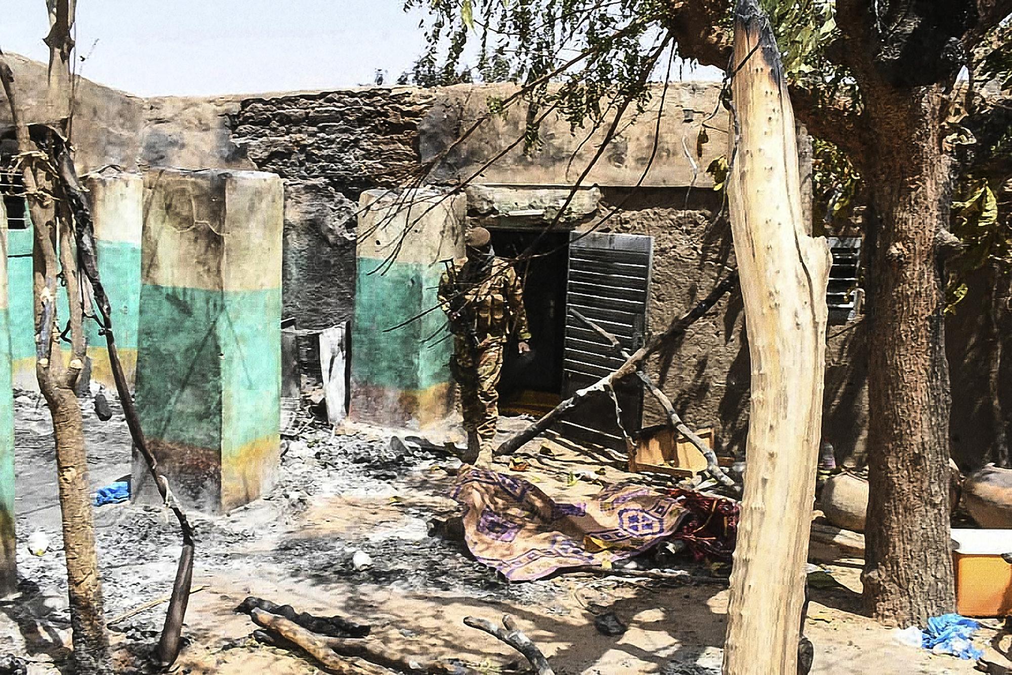 Une soldat malien sur les lieux de la tuerie d'Ogossagou, dans le centre du Mali, en mars 2019.