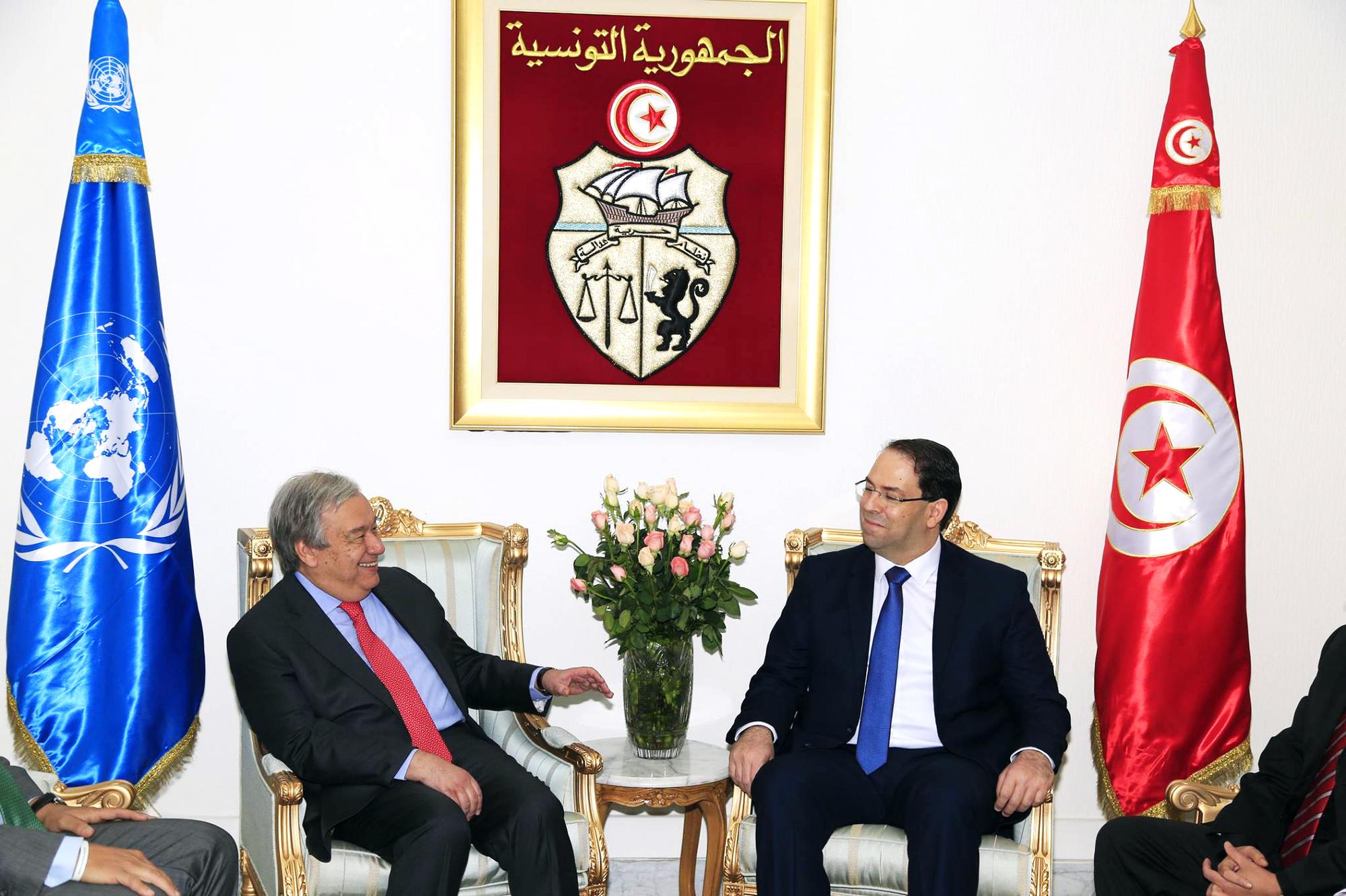 Le secrétaire général de l'ONU,António Guterres (à g.), a plaidé la cause de Moncef Kartas auprès de Youssef Chahed, àTunis, le30mars.