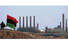 Un homme devant une raffinerie à Ras Lanouf, en Libye, en 2011.