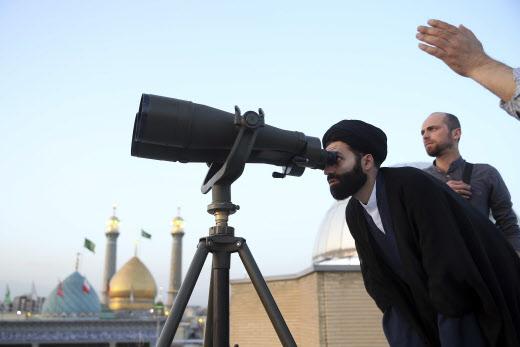 Un clerc iranien scrutant la lune, dimanche 5 mai 2019.