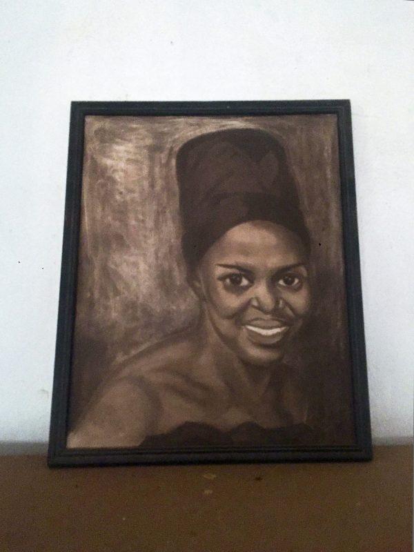 Posé sur une commode, un portrait de la diva sud-africaine, coiffée de sa toque zouloue.