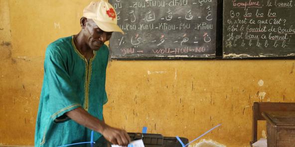 Un électeur dans un bureau de vote de Conakry, en 2015 (archives).