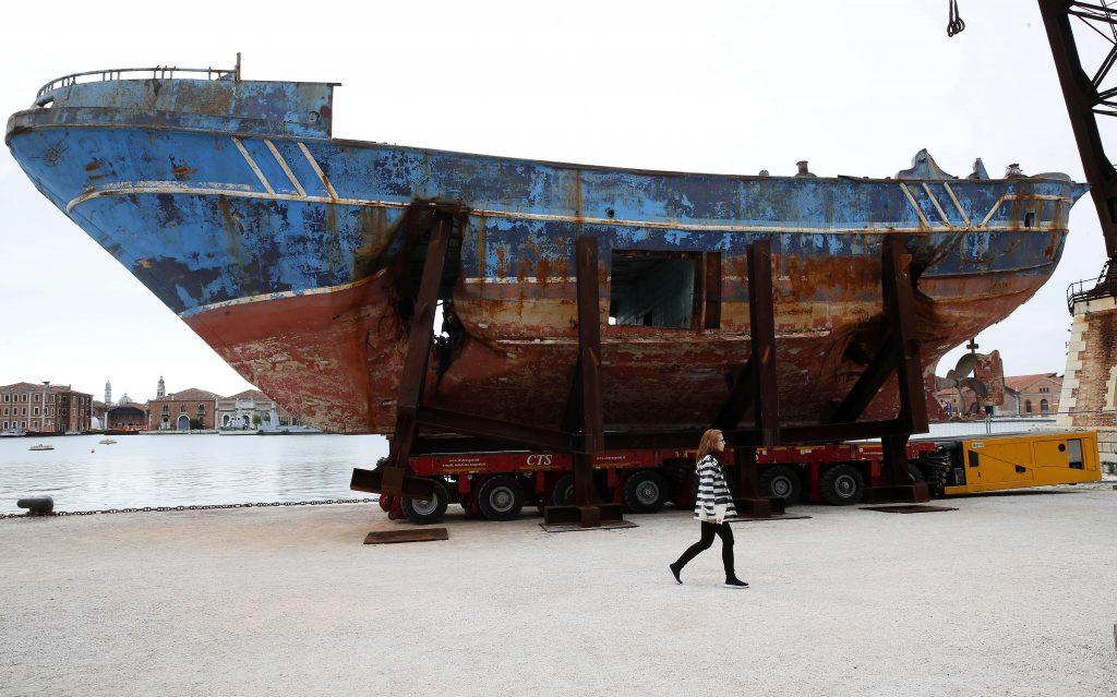 Barca Nostra, le navire dont le naufrage a causé la mort de plus de 700 personnes tentant de rejoindre l'Europe, en 2015, est devenu une oeuvre d'art à la biennale de Venise.