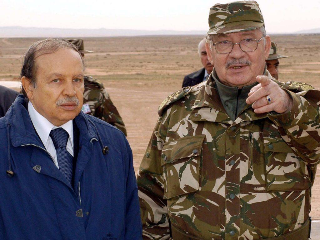 Ahmed Gaïd Salah aux côtés d'Abdelaziz Bouteflika, en 2005 à Hassi Bahbah (archives).