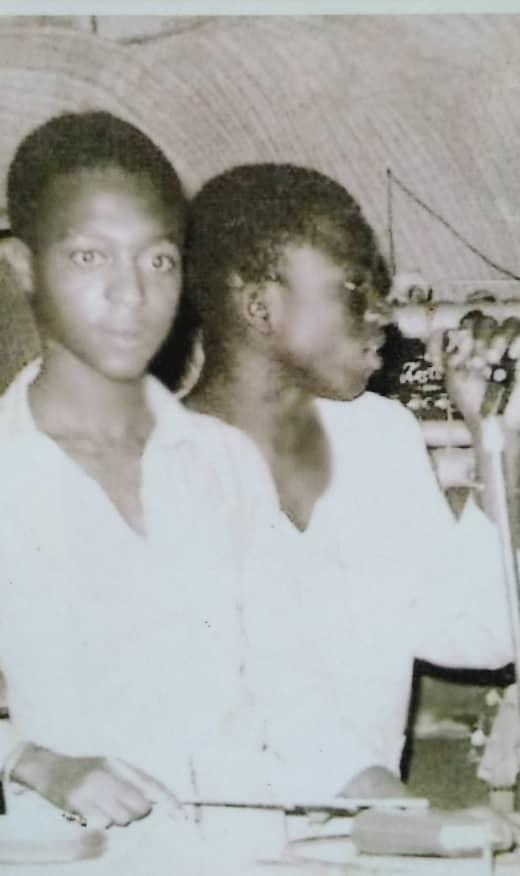Mountaga Kouyate et Thione Seck (dr) au dancing Le Baobab, 1975.